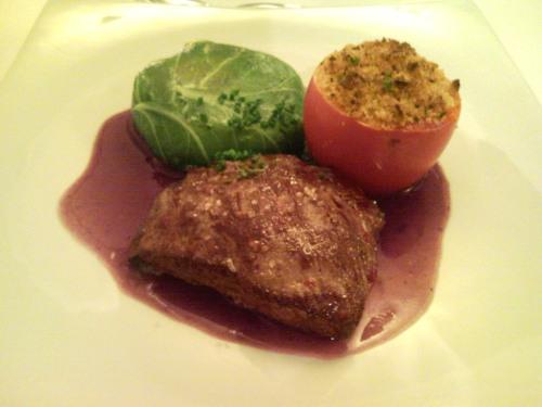 London Steak de Avestruz grelhado com Pannequet de mandioquinha, tomate recheado a provençal e chip de presunto cru